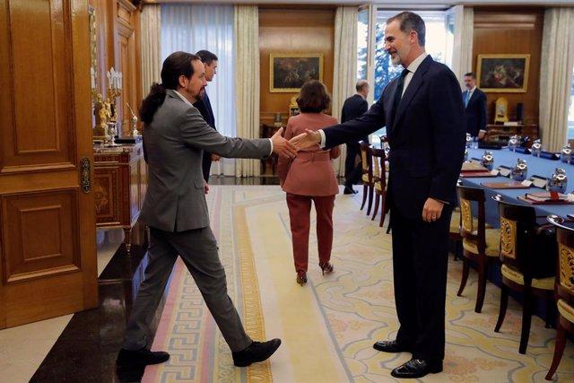 El rey Felipe VI (dech), saluda al vicepresidente del Gobierno de Derechos Sociales y Agenda 2030, Pablo Iglesias (izq), momentos antes de empezar la reunión del Consejo de Ministros deliberativo, la cual preside el Rey en la Zarzuela, Madrid (España), a