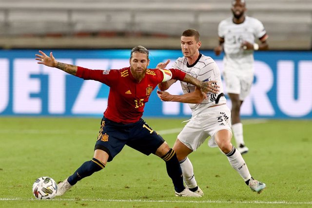03 September 2020, Baden-Wuerttemberg, Stuttgart: Spain's Sergio Ramos (L) and Germany's Robin Gosens battle for the ball during the UEFANations League A, group 4 soccer match between Germany and Spain in the Mercedes-Benz Arena. Photo: Christian Charisi