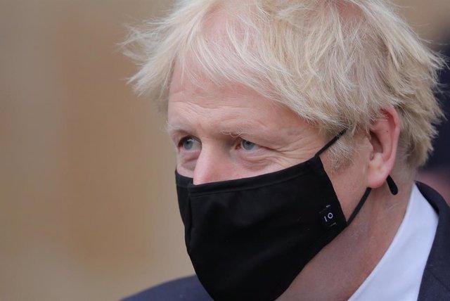 El primer ministro británico, Boris Johnson, con mascarilla