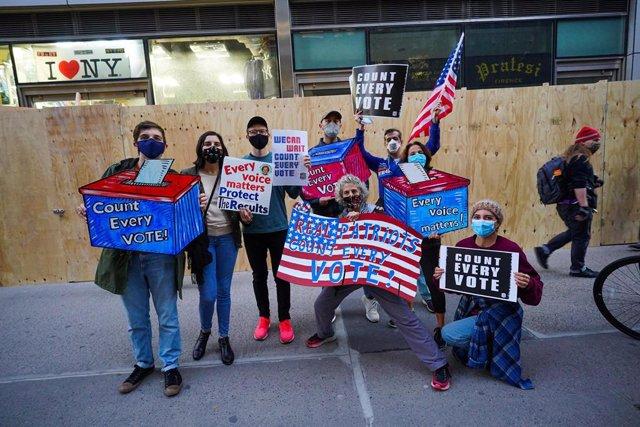 Manifestación celebrada en Nueva York en contra de las amenazas del presidente Donald Trump de interferir en los resultados de las presidenciales que dieron el triunfo a su rival demócrata, Joe Biden.