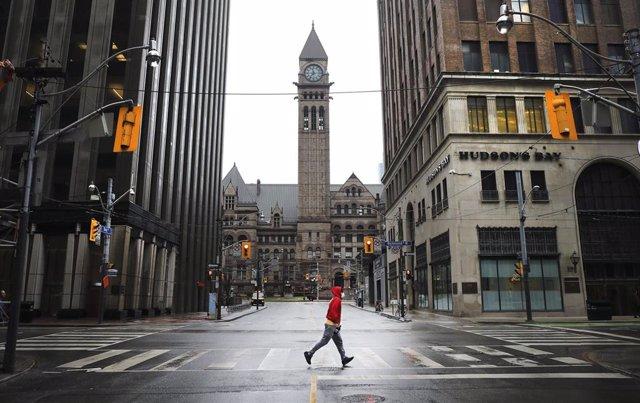 Un hombre camina por las calles de Toronto en medio de las restricciones impuestas para frenar los contagios del coronavirus en el país.