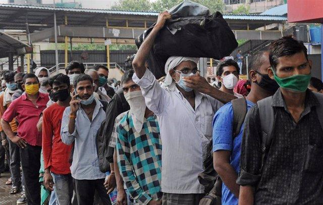 Un grupo de personas espera su turno para someterse a una prueba de coronavirus en India.