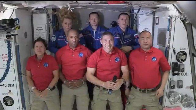 Vestidos de rojo, los nuevos tripulantes de la ISS llegados en una nave de Space X