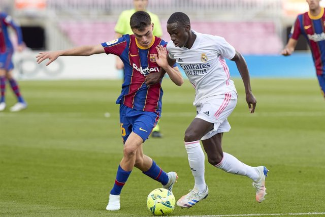 24 October 2020, Spain, Barcelona: Barcelona's Pedri (L) and Real Madrid's Ferland Mendy battle for the ball during the Spanish Primera Division soccer match between FC Barcelona and Real Madrid CF at Camp Nou. Photo: David Ramirez/DAX via ZUMA Wire/dpa