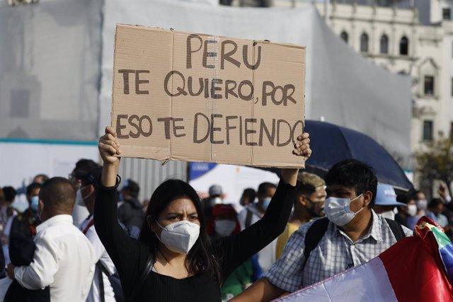 Protestas en Lima contra el Gobierno del ya expresidente de Perú Manuel Merino, después de que asumiera el cargo tras la destitución de Martín Vizvarra ejecutada por el Congreso.