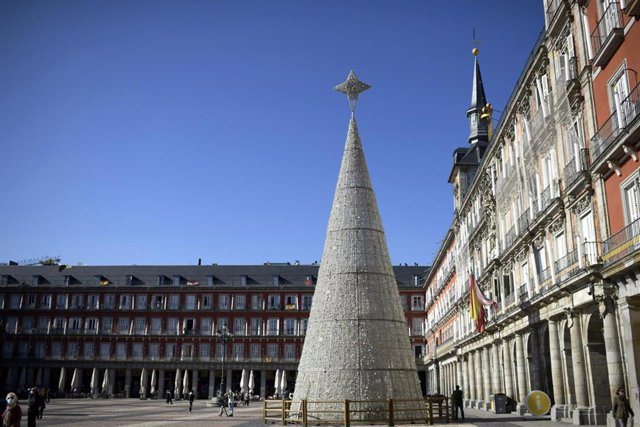 El árbol de Navidad adorna la Plaza Mayor, en Madrid