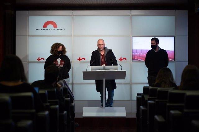 Un dels acusats per les protestes de l'aniversari de l'1-O, Adrián Sas, intervé en una roda de premsa de JxCat, ERC, els comuns i la CUP. Barcelona, Catalunya, (Espanya), 11 de novembre del 2020.