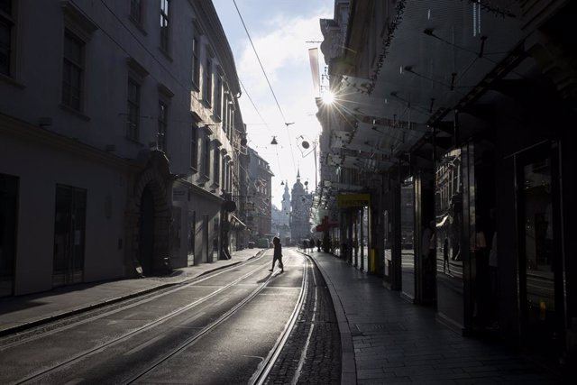 17 November 2020, Austria, Graz: Very few people walk along the nearly empty Sackstrasse avenue as Austria re-enters lockdown amid a surge in the number of people diagnosed with coronavirus. Photo: Erwin Scheriau/APA/dpa