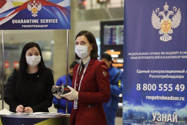 Una empleada de la Oficina Nacional de Protección al Consumidor (Rospotrebnadzor) en un puesto en el aeropuerto de San Petersburgo