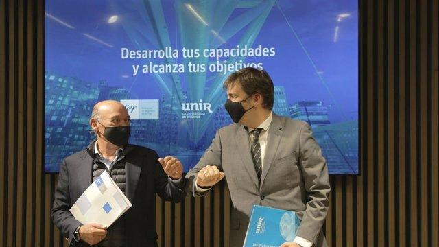 El director ejecutivo de la UNIR, Javier Galiana, y el presidente de la FER, Jaime García-Calzada, presentan el acuerdo por el que ambas entidades, en colaboración con el Instituto de Expertos Digitales de UNIR, Edix, impulsarán la formación