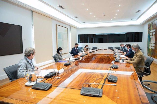 El presidente del Gobierno, Pedro Sánchez (3i), preside la reunión del Comité de Seguimiento del Coronavirus, en el Complejo de la Moncloa, Madrid (España), a 16 de noviembre de 2020.