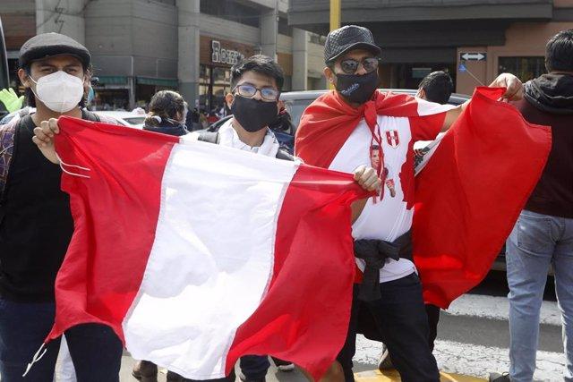 Concentraciones con banderas frente al Congreso de Perú