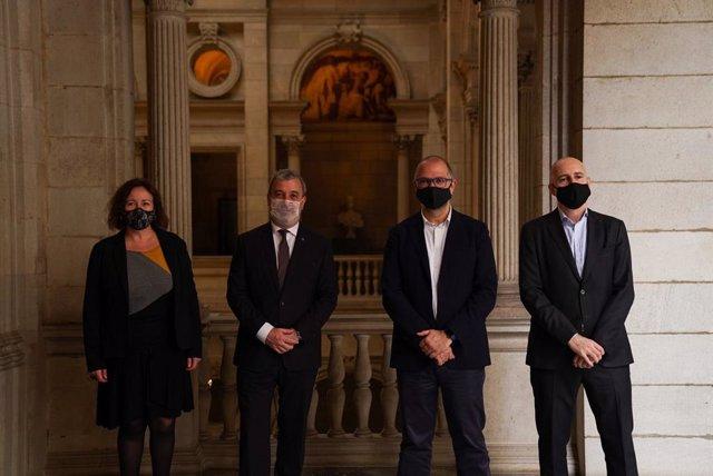 El primer tinent d'alcalde de Barcelona, Jaume Collboni, i el degà del Col·legi de Periodistes de Catalunya, Joan Maria Morros, signen un conveni per reforçar la digitalització i formació del sector
