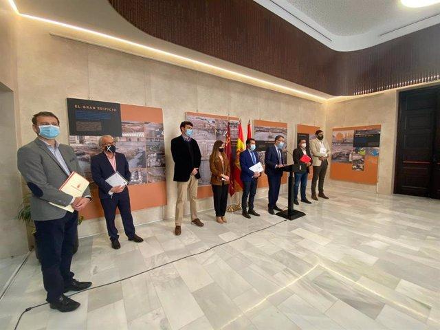 Imagen de la rueda de prensa conjunta del alcalde y los portavoces  tras la celebración de la Junta