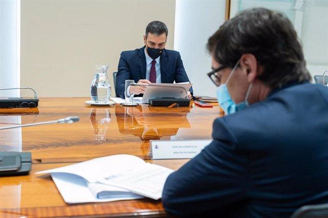 Acompañado del ministro de Sanidad, Salvador Illa, el presidente del Gobierno, Pedro Sánchez, preside la reunión del Comité de Seguimiento del Coronavirus, en el Complejo de la Moncloa, Madrid (España), a 16 de noviembre de 2020.