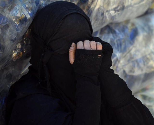 Una mujer con niqab en el campamento de familiares de milicianos de Estado Islámico en Al Hol, en Siria
