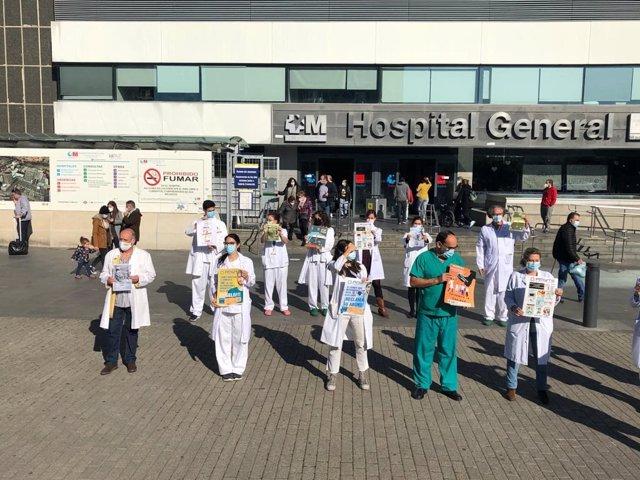 Los médicos se concentran en los centros sanitarios reclamando diálogo y retirada del RDL 29/2020 antes de la huelga del 24 de noviembre.