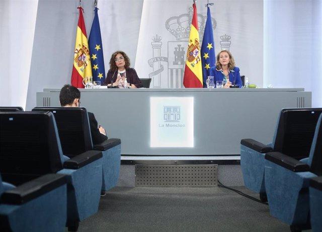 (I-D) La ministra Portavoz y de Hacienda, María Jesús Montero, y la vicepresidenta y ministra de Asuntos Económicos y Digitalización, Nadia Calviño, comparecen en rueda de prensa posterior al Consejo de ministros en Moncloa, Madrid (España), a 17 de novie