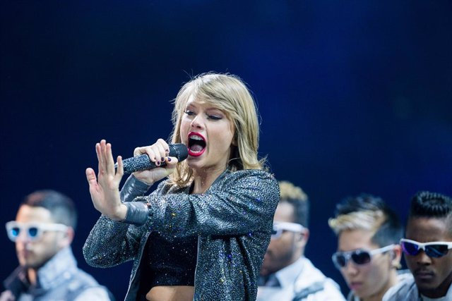 FILED - 19 June 2015, North Rhine-Westphalia, Cologne: US singer Taylor Swift preforms on stage at the Lanxess Arena. Pop star Swift has endorsed Democrat Joe Biden in the upcoming US presidential election. Photo: Rolf Vennenbernd/dpa