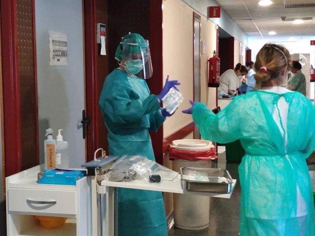 Atención en una planta Covid en el Hospital Universitario Juan Ramón Jiménez de Huelva, en una imagen de archivo.