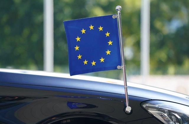 Bandera de la Unión Europea en un coche