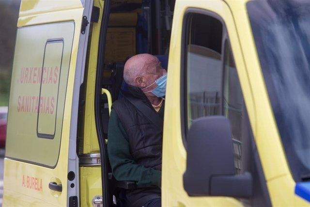 Un anciano permanece dentro de una ambulancia tras ser trasladado de la residencia de ancianos de San Cibrao donde se ha originado un brote de covid-19.