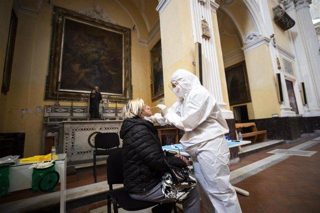Realización de test a personas desfavorecidas en una iglesia en Nápoles