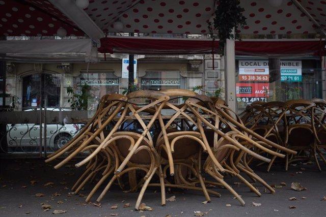 Terraza recogida de un bar cerrado durante el cuarto día de la entrada en vigor de las nuevas restricciones en Cataluña, en Barcelona, Cataluña (España) a 20 de octubre de 2020. El pasado viernes 16 de octubre entraron en vigor las nuevas restricciones de