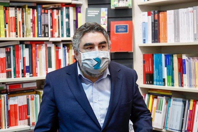 El ministro de Cultura y Deporte, José Manuel Rodríguez Uribes, en una de las varias librerías independientes que ha visitado durante la jornada de hoy, en Madrid, (España), a 13 de noviembre de 2020