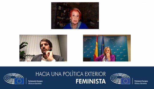 L'eurodiputat dels comuns, integrat en el grup dels Verds/ALE en el Parlamento Europeu, Ernest Urtasun, al costat de la secretària d'Estat d'Afers exteriors i per a Iberoamèrica i el Carib, Cristina Gallach, i la periodista Rosa María Calaf