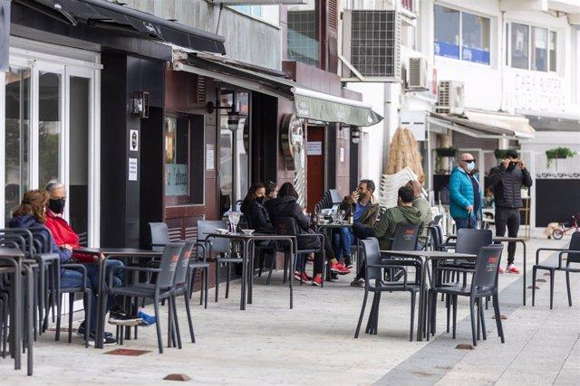 Comensales disfrutan en la terraza de un establecimiento abierto en Sanxenxo a 7 de noviembre de 2020