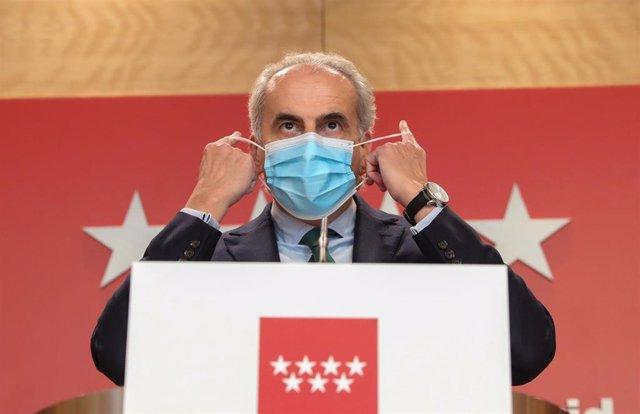 El consejero de Sanidad de la Comunidad de Madrid, Enrique Ruiz Escudero, se quita la mascarilla para intervenir en una rueda de prensa ante los medios para informar de nuevas medidas en la región debido a la crisis sanitaria del Covid-19, en Madrid, (Esp