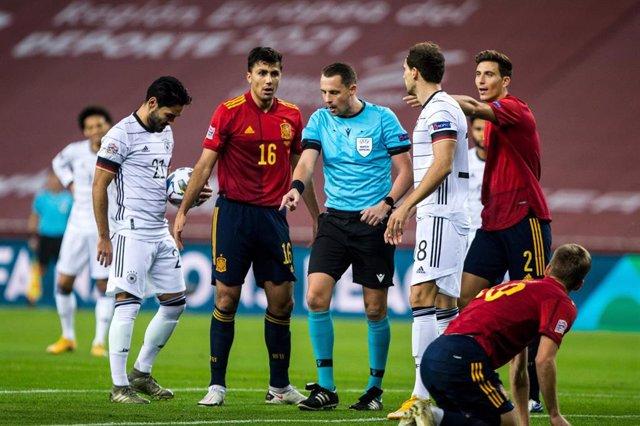 Rodri Hernández durante una acción del España-Alemania de la Liga de Naciones 2020
