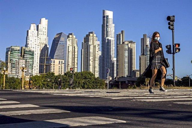 Una mujer camina con mascarilla por las calles de Buenos Aires en plena crisis sanitaria.