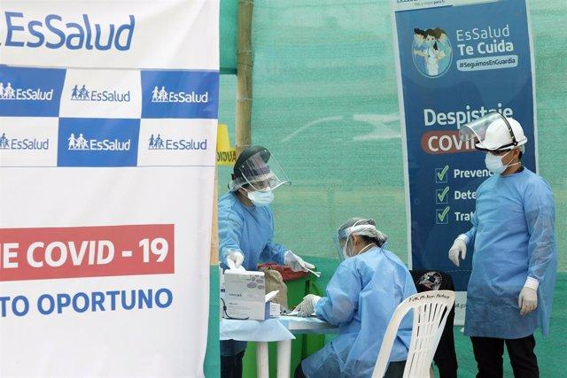 Personal sanitario peruano realiza pruebas de coronavirus.