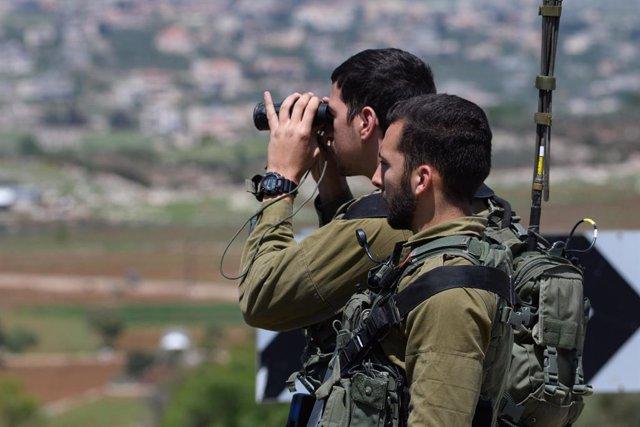 Dos militares del Ejército de Israel en uno de los puestos de control desplegados a lo largo de la frontera con Líbano.