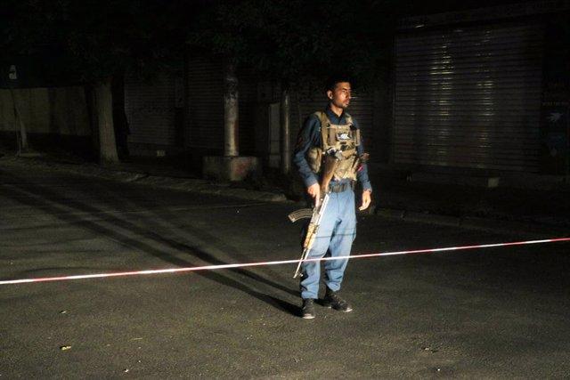 Un miembro de las fuerzas de seguridad de Afganistán custodia una zona en la que tuvo lugar una explosión el pasado mes de junio en Kabul, la capital del país.