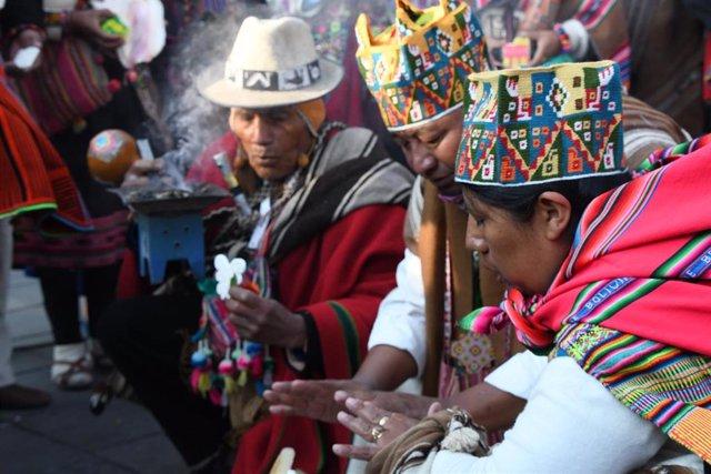 El Rey Felipe VI (derecha) junto al presidente de Argentina, Alberto Fernández (izquierda), durante su visita a Bolivia para asistir a la toma de posesión de su nuevo presidente, Luis Arce, en La Paz (Bolivia), a 8 de noviembre de 2020.
