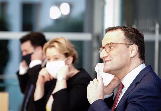 El ministro de Sanidad de Alemania, Jens Spahn, junto a la ministra de Familia, Franziska Giffey, y al ministro de Trabajo y Asuntos Sociales, Hubertus Heil, en una comparecencia en Berlín