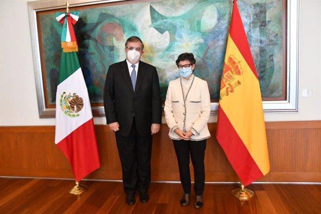 El ministro de Asuntos Exteriores de México, Marcelo Ebrard, y su homóloga española, Arancha González Laya.