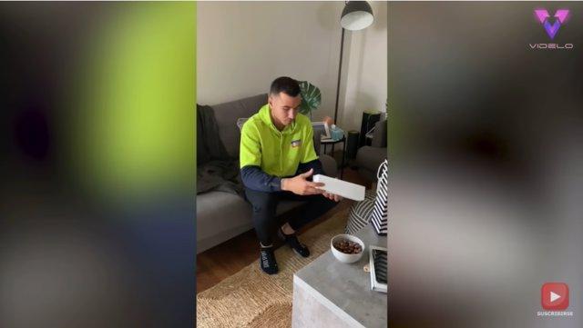 Sorprenden a este joven de 25 años con un cachorro para su cumpleaños