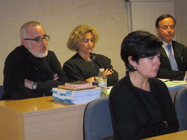 Alfonso Basterra (sentado detrás) y Rosario Porto (delante), durante el juicio por la muerte de Asunta