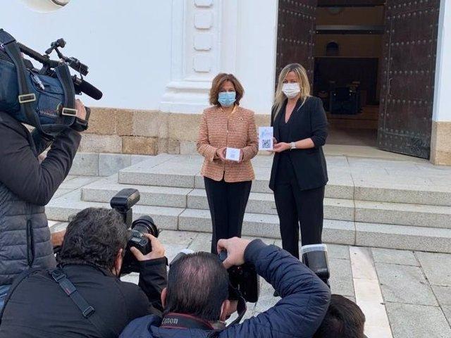 La vicepresidenta primera de la Junta, PIlar Blanco-Morales, entrega el proyecto de PGEx a la presidenta de la Asamblea, Blanca Martín