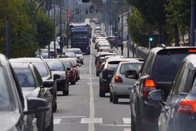 Atasco de tráfico en la salida de Santiago de Compostela dirección sur (Pontevedra y Vigo), A Coruña, Galicia (España), a 30 de octubre de 2020. La Xunta ha ordenado el cierre perimetral de todas las ciudades gallegas, debido a la mala evolución la pandem