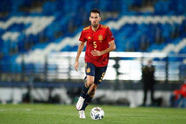 Sergio Busquets jugando con la selección