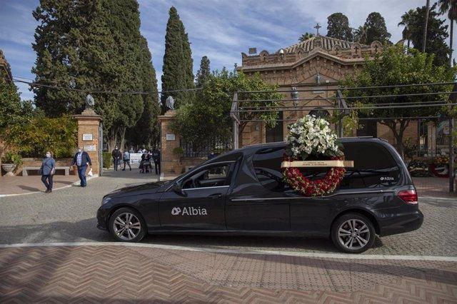 Un coche fúnebre aparcado en las inmediaciones del Cementerio de San Fernando, en Sevilla, Andalucía (España).