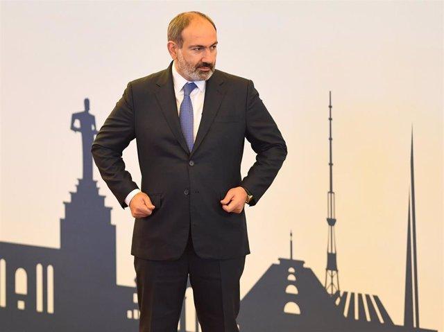 Nikol Pashinián antes de participar en una reunión en Ereván