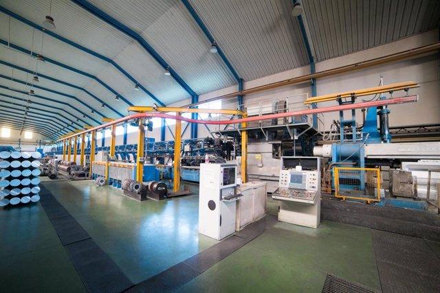 Interior de las instalaciones de la empresa Extrusión Toledo, innovadora en la fabricación de perfiles metálicos, que ha creado y patentado un modelo de separadores en restaurantes durante la pandemia de Covid-19, en Toledo
