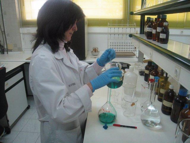 Foto de recurso de una química en un laboratorio.