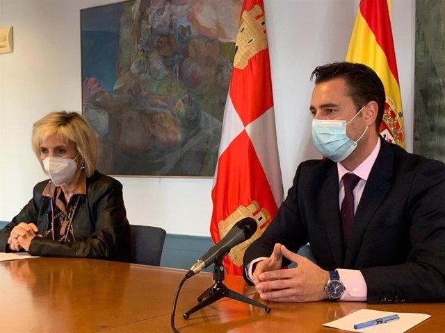 La consejera de Sanidad, Verónica Casado, y el alcalde Burgos, Daniel de la Rosa.